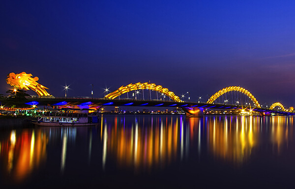 Xem cầu Rồng phun lửa và nước sẽ là một trải nghiệm ấn tượng với du khách khi du lịch Đà Nẵng tự túc