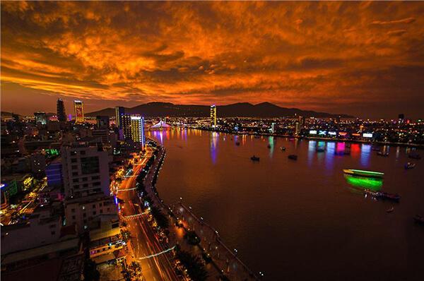 Khi du lịch Đà Nẵng tự túc bạn nhất định phải ghé thăm dòng sông Hàn khỏe khoắn, năng động nhưng cũng vô cùng quyến rũ nhé