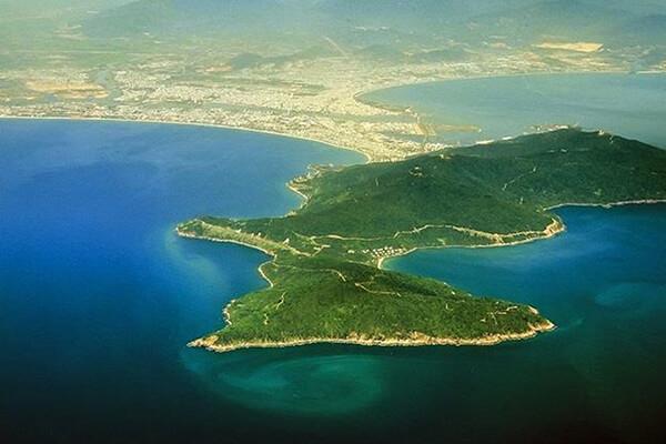 Sơn Trà cách trung tâm thành phố Đà Nẵng 10km về hướng Đông Bắc và có 3 mặt giáp biển