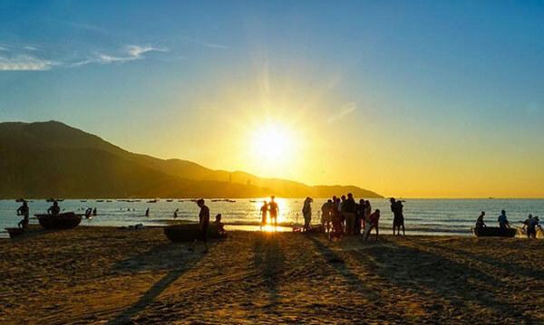 Ngắm hoàng hôn trên bãi biển Mỹ Khê là một trải nghiệm cực kì lí thú và đầy cảm xúc