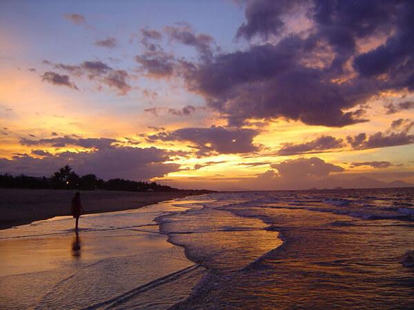 Dạo biển Mỹ Khê về đêm để cảm nhận những âm thanh và hương vị của biển cả cùng là điểm chơi đêm không nên bỏ qua ở Đà Nẵng
