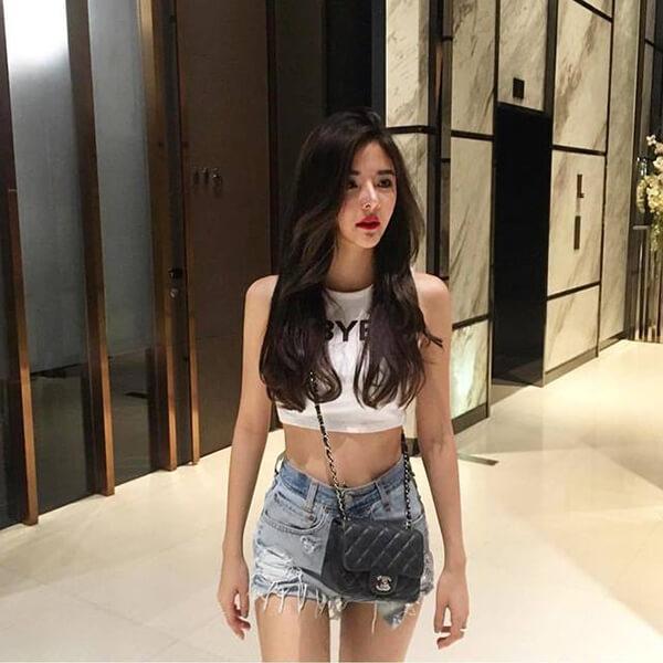 Áo crop-top và quần short rách là một set nên có của các cô gái khi đi tour Đà Nẵng