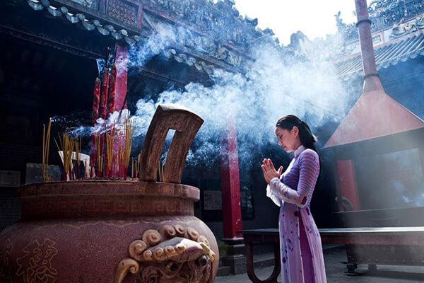 Lựa chọn những bộ quần áo lịch sự khi tham quan, lễ chùa trong tour du lịch Đà Nẵng Hội An