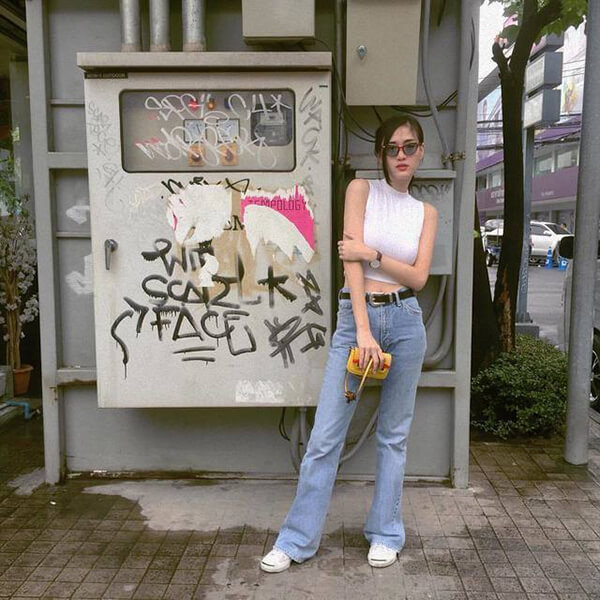 Khi du lịch Đà Nẵng, các cô nàng cá tính có thể lựa chọn những chiếc quần ống loe với áo sát nách để đi dạo phố