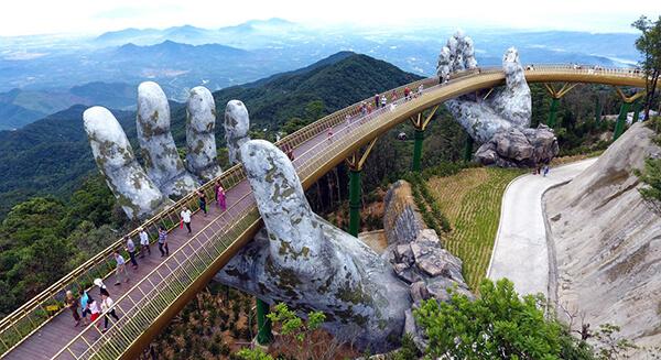 Cầu Vàng được xây dựng trong khu du lịch Bà Nà Hills khiến khung cảnh nơi đã đẹp nay còn đẹp hơn