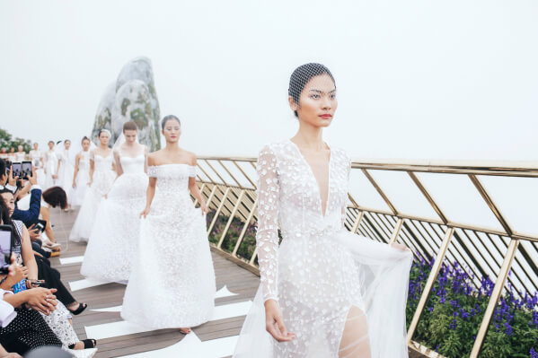 """Show trình diễn áo cưới mang tên """"Nàng Mây"""" của NTK Chung Thanh Phong đã được tổ chức thành công ở Cầu Vàng"""