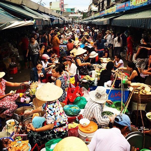 Chợ Cồn nằm trên đường Ông Ích Khiêm và nổi tiếng là sầm uất