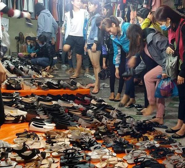 Đến với chợ đêm Lê Duẩn du khách sẽ tha hồ mua sắm quần áo, giày dép với mức giá siêu rẻ, hơn nữa còn được thưởng thức vô vàn các món ăn đường phố hấp dẫn