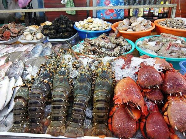 Bên trong chợ hải sản ăn liền có rất nhiều gian hàng, bày bán từ tôm sú, tôm hùm, cua ghẹ, ốc, ngao...