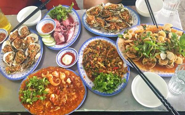 Không chỉ có hải sản tươi mà chợ còn chế biến các món ăn theo yêu cầu của khách hàng một cách nhanh chóng