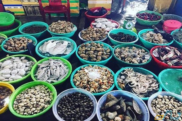 Chợ hải sản ăn liền là địa chỉ để bạn tha hồ thưởng thức hải sản tươi ngon trong tour Đà Nẵng