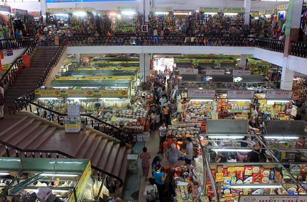 Bên trong chợ Hàn bày bán đủ mọi mặt hàng từ quần áo, dày dép, túi xách, vải vóc, đồ khô..