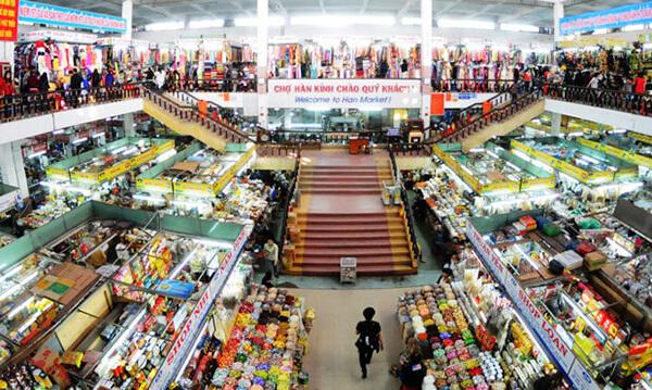 Chợ Hàn là trung tâm mua sắm rộng lớn, bày bán đủ mọi mặt hàng, đồ khô cho tới đồ ăn