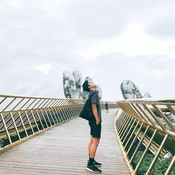 Tranh thủ lúc không có khách du lịch Đà Nẵng trên cầu thì có thể diễn như vậy