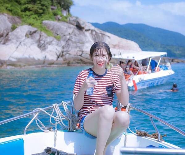 Bạn có thể thuê thuyền để lướt trên mặt biển