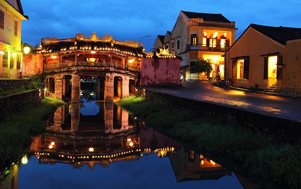 Cảng thị cổ Hội An hầu như vẫn giữ nguyên vẹn được những công trình kiến trúc cổ kính từ đền thờ, miếu mạo, nhà cổ, giếng cổ, chùa chiền...