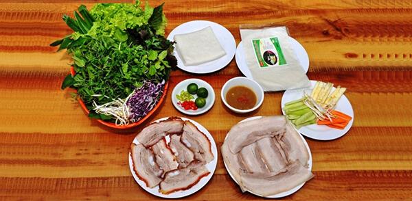 Thưởng thức bánh tráng cuốn thịt heo khi du lịch Đà Nẵng cùng con