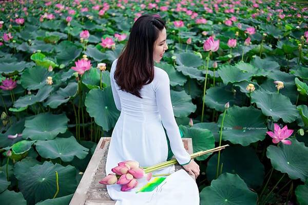 Chuẩn bị những bộ áo dài để lưu giữ những khoảnh khắc đẹp tại vườn sen