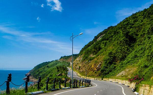 Cung đường lên bán đảo Sơn Trà có hơi khó đi một chút nên bạn phải cẩn thận nhé