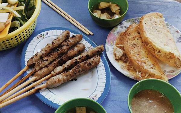 Nem lụi cũng là một món ăn vặt ngon rẻ mà bạn nên thử nếu đi tour du lịch Đà Nẵng