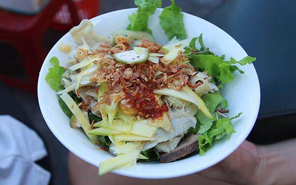 Khi đến Chợ Cồn trong tour Đà Nẵng bạn nên nhớ thử món Phá lấu trộn vô cùng độc đáo này