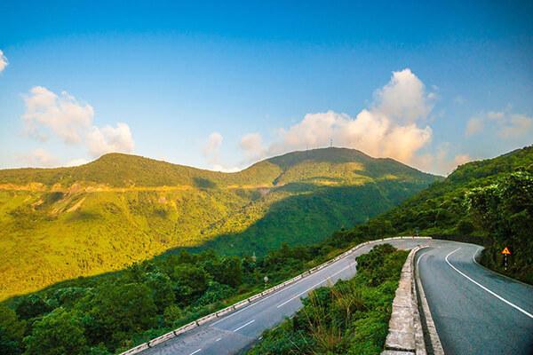 Đèo Hái Vân sở hữu cảnh sắc đẹp mê li cùng bầu không khí trong lành
