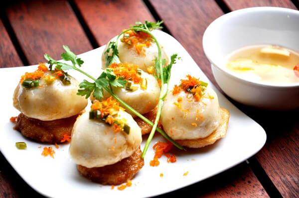 Bánh ram ít là thức bánh vô cùng nổi tiếng của xứ Huế mộng mơ