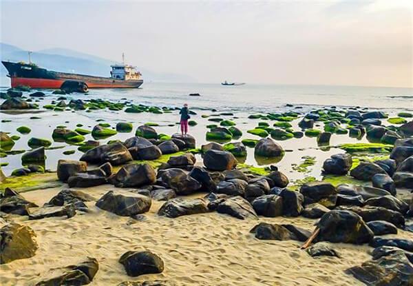 Điểm ấn tượng nhất ở Rạn Nam ô là những lớp đá ngầm ngâm mình trong nước biển