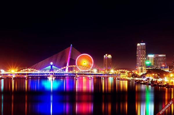 Một trong những địa điểm chơi đêm nức tiếng nhất ở Đà Nẵng chính là dạo quanh dòng sông Hàn huyền thoại